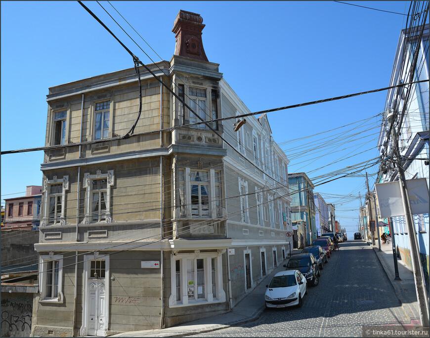 Угловые деревянные дома очень украшают город.