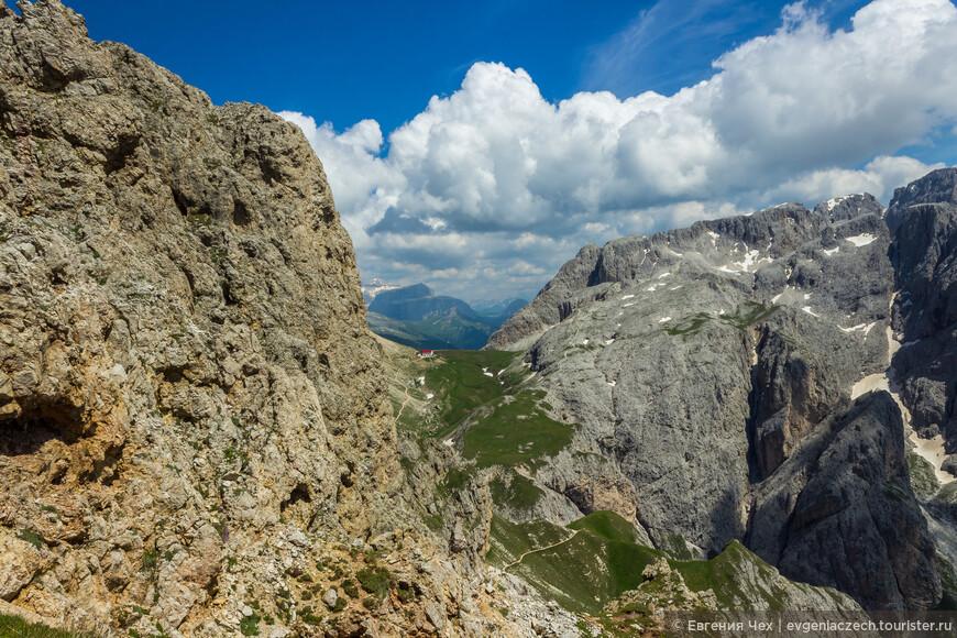 Там, почти на горизонте, наша промежуточная цель - хижина Tierser Alpl.