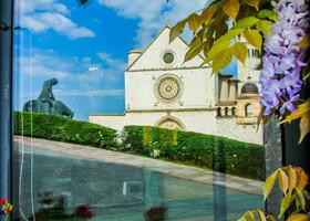 отражение собора в окне ресторанчика напротив