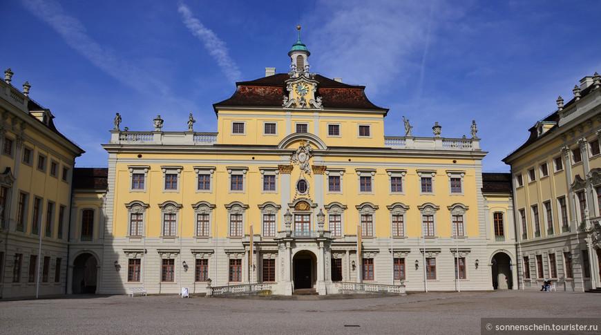 В 1733-м строительство замка было наконец-то завершено полностью. К тому времени в Германии безоговорочно доминировал стиль барокко. Потомки Эберхарда Людвига – Карл Евгений  и Фридрих I переделывали внешнее и внутреннее убранство замка в соответствии со своими вкусами.  Первый замок- старый корделож- был построен после 1704 года.