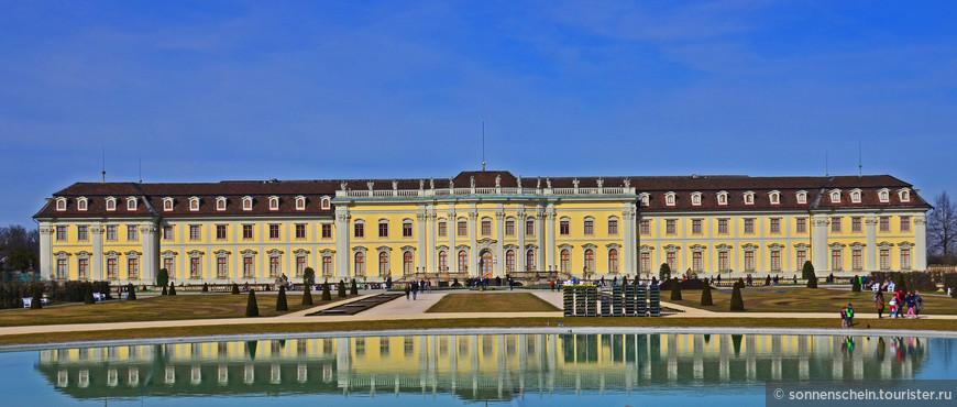 Очень рекомендую прогуляться в парке, окружающем дворец с трёх сторон. Он был разбит в 1954 году по случаю 250-летнего юбилея замка в подражание барочной ландшафтной архитектуре.