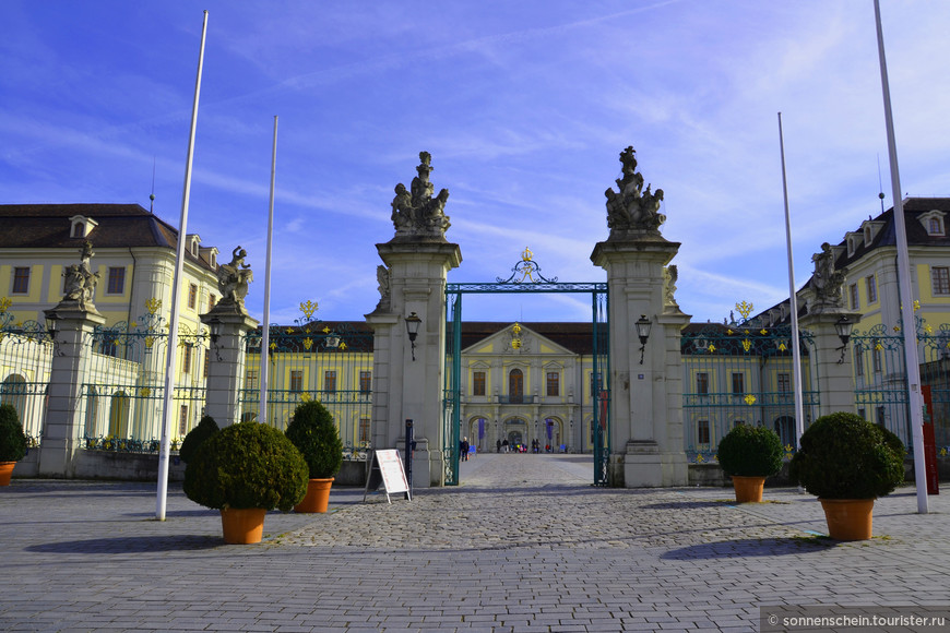 """С 18 века по 1918-й год Людвигсбург был резиденцией герцогов – а затем и королей – Вюртембергских. Первый камень в основание дворца был заложен 17-го мая 1704-го; затеял строительство герцог Эберхард Людвиг Вюртемберг. В честь его замок и получил свое название – """"Людвигсбург'"""", замок Людвига Изначально дворец должен был служить обычным – хотя и довольно богато обустроенным – охотничьим домиком; позже, однако, владыки Вюртемберга начали придавать дворцу куда большее значение."""