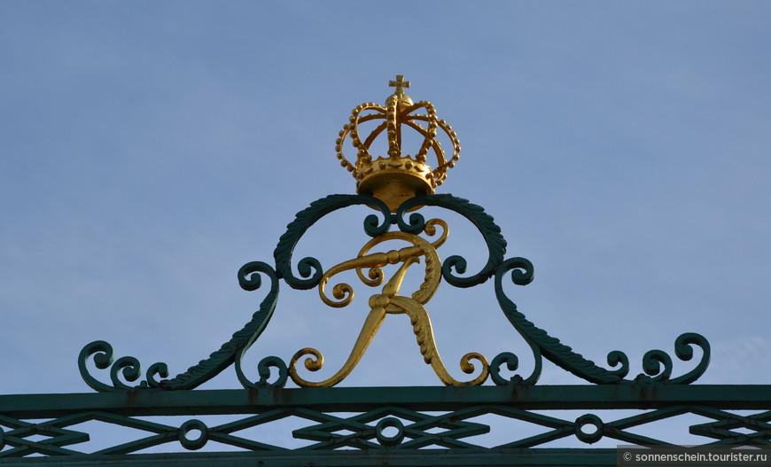 """Людвигсбургский дворец - самый большой в Германии дворец в стиле барокко, """"швабский Версаль"""", как его называют. В 452 помещениях дворца размещены многочисленные музеи: королевская резиденция, самый большой в Германии музей керамики и фарфора, музей моды, картинная галерея, театр-музей, рококо-апартаменты герцога Карла Ойгена и даже небольшая часть бывшей фарфоровой мануфактуры Вюртемберга."""