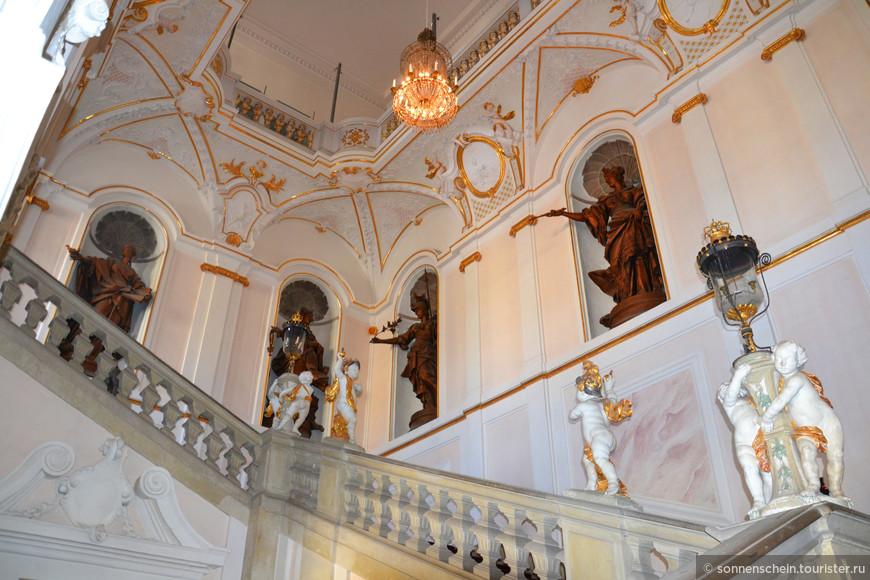Одна из двух парадных лестниц - лестница короля, справа, и королевы, слева - приводят в самое роскошное из парадных помещений - Мраморный зал в центре Нового дворца, построенный в стиле барокко. Фотографировать в дворце строго запрещено. На меня укоризненно смотрела вся группа, пришлось спрятать фотоаппарат.