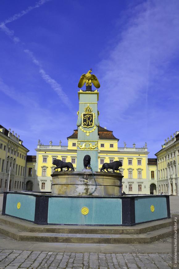 Фонтан со львами и королевским гербом. Большой внутренний двор длиной в 150м почти не занят, кроме фонтана со львами в центре. Помимо царя зверей, давшего название фонтану, его украшают орел, герб и инициалы короля Фридриха.