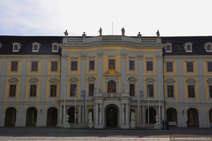 На данный момент в Людвигсбурге можно выделить три господствующих стиля. Придворная часовня, Игровой и Охотничий павильоны, старое главное здание выполнены в стиле барокко; Орденская часовня, новое главное здание и личные палаты герцога – в стиле рококо; а Мраморный зал, Королевский зал для приемов, королевская спальня и библиотека – в стиле ампир.