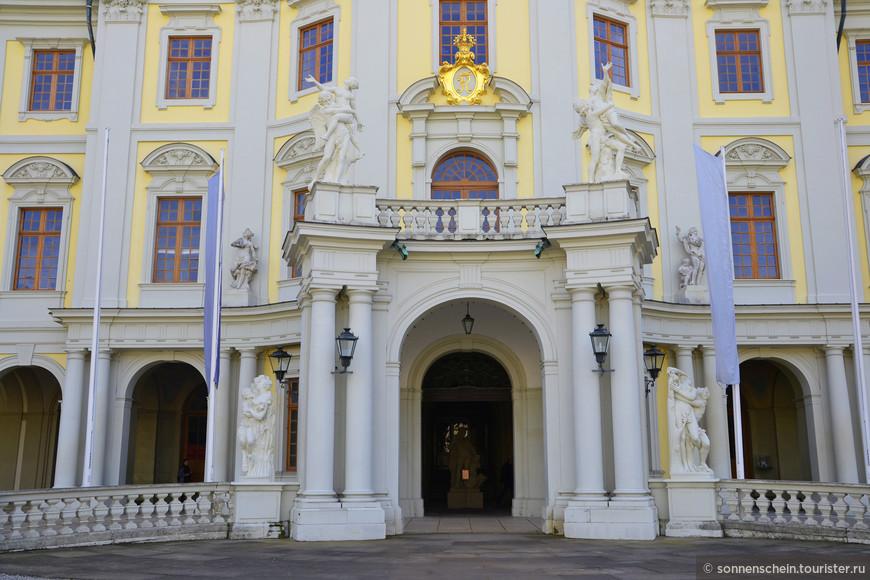 В период с 1704-го по 1714-й над строительством замка работал Иоганн Фридрих Нет, с 1714-го по 1733-й – Донато Джузеппе Фризони, а с 1757-го по 1758-й – Филиппе де ла Гупьере.
