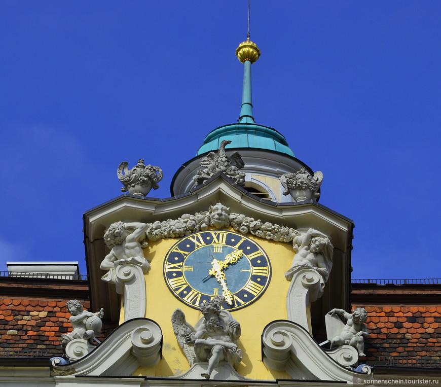 Одной из главных достопримечательностей дворца является придворный театр; он не только является старейшим сохранившимся театром Европы – вся внутренняя техника сцены, установленная еще в 1758-м, по сей день функционирует просто превосходно.