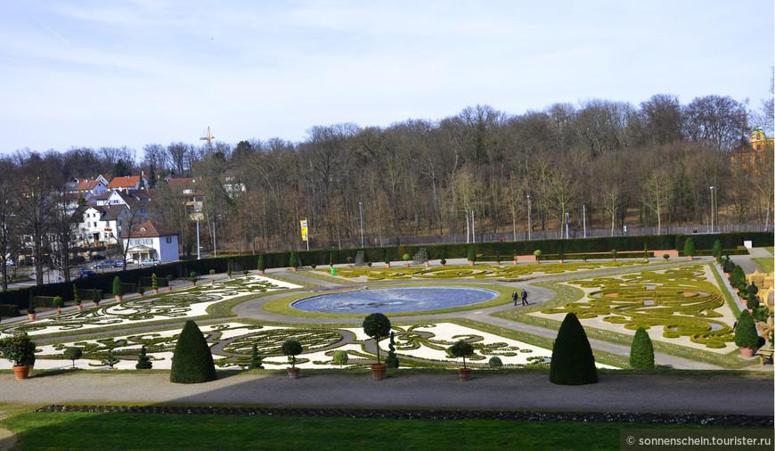 """Северный сад. В 1961 г. справа от главной дороги был заложен сад-цветник в стиле барокко - """"Бродери"""", который напоминает искусно вышитый узор. Квадратная поверхность разделена двумя диагоналями, на пересечении которых стоит центральный фонтан. Лёд в фонтане ещё не растаял."""