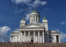 После очередной войны Швеции с Россией, с 1809 года, Финляндия стала принадлежать Российской империи как автономия.В 1812 году Хельсинки стал столицей Великого княжества Финляндского. В девятнадцатом веке Хельсинки стал расти, обновляться и развиваться.