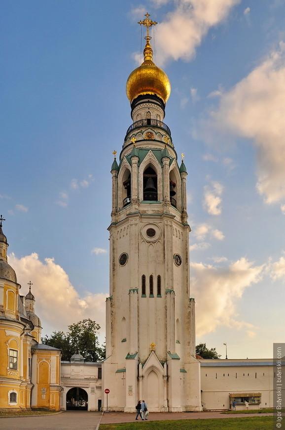 23. Колокольня Софийского собора. В 1654—1659 годах деревянную колокольню заменили каменной. Она представляла собой восьмиугольное столпообразное сооружение с шатровым каменным верхом, увенчанным небольшой главкой. При строительстве применялся камень, сохранившийся от постройки кремля Ивана Грозного. На 1863 год насчитывалось 14 колоколов, кроме того колокольня имела часы. О прежней колокольне Софийского собора можно судить по сохранившейся колокольне Владимирских церквей, которая была построена по образу Софийской.