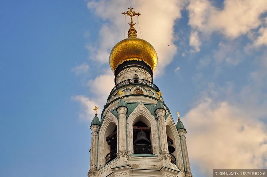 26. Колокольня Софийского собора. В 1860-х годах при епископе Вологодском Палладии шатровый верх и звон колокольни были сняты. В 1869—1870 годах на сохранившемся нижнем ярусе (высотой около 17 метров) по проекту архитектора В. Н. Шильдкнехта была построена более высокая колокольня в псевдоготическом стиле. С этого времени колокольня имеет высоту 78,5 метров (на 32 метра выше предшествующей) и считается самой высокой в Вологодской епархии. В верхнем ярусе колокольни имеется смотровая площадка. Колокольню венчает позолоченный купол с крестом.