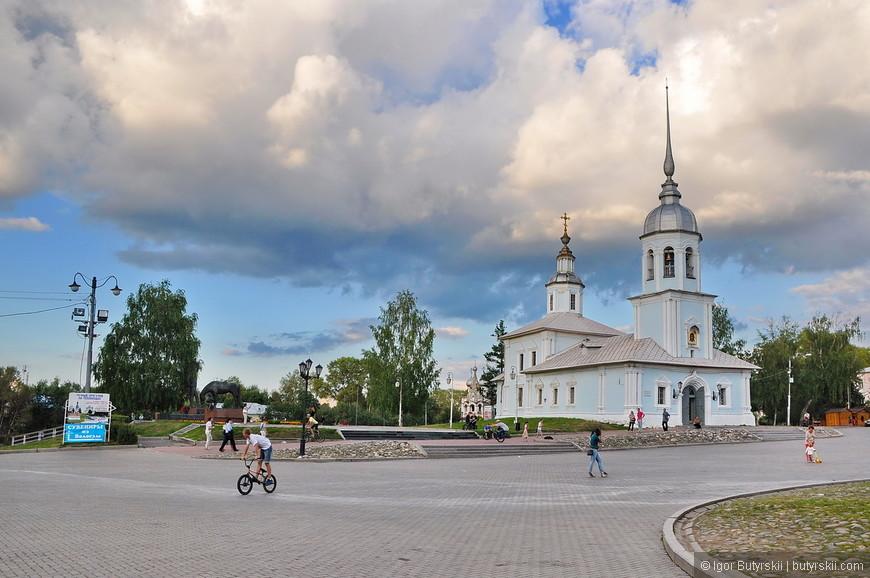 33. Много молодежи, отличное место для прогулок, набережная рядом с кремлем.