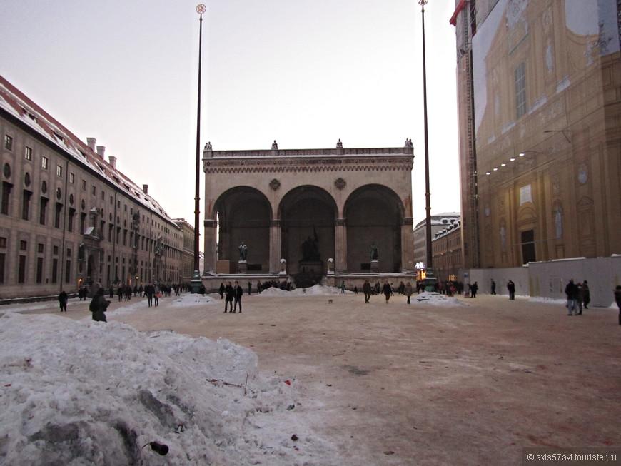 Площадь Одеонсплац. Не произвела ожидаемого эффекта. Скорее всего из-за снежных сугробов.