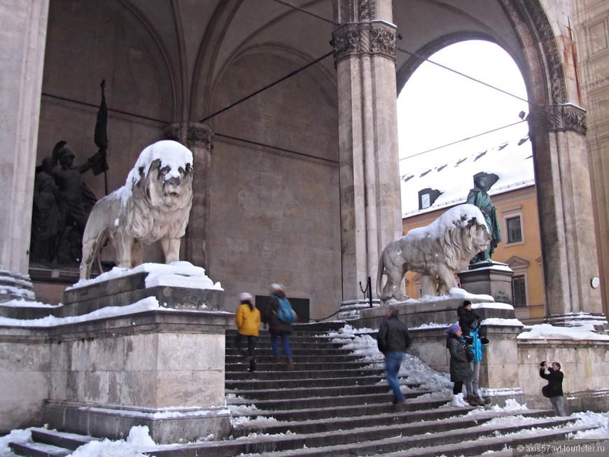 Говорят, что эти львы разные, с раскрытой пастью- баварский, другой- германский. Мне оба понравились.