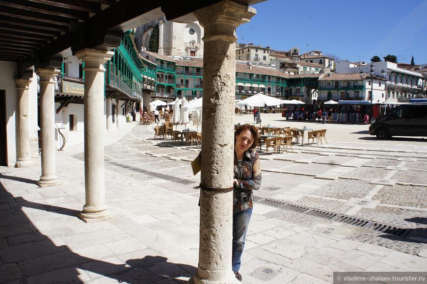 Второй этаж опирается на каменные колонны, как здесь...