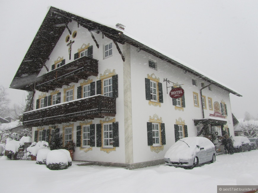 Собственно, всего 2 фотографии Обераммергау. Метель не позволила пройти более двухсот метров. Все занесено снегом, фотографировать не было никакой возможности. Повернули назад и дождались автобуса до Этталь.