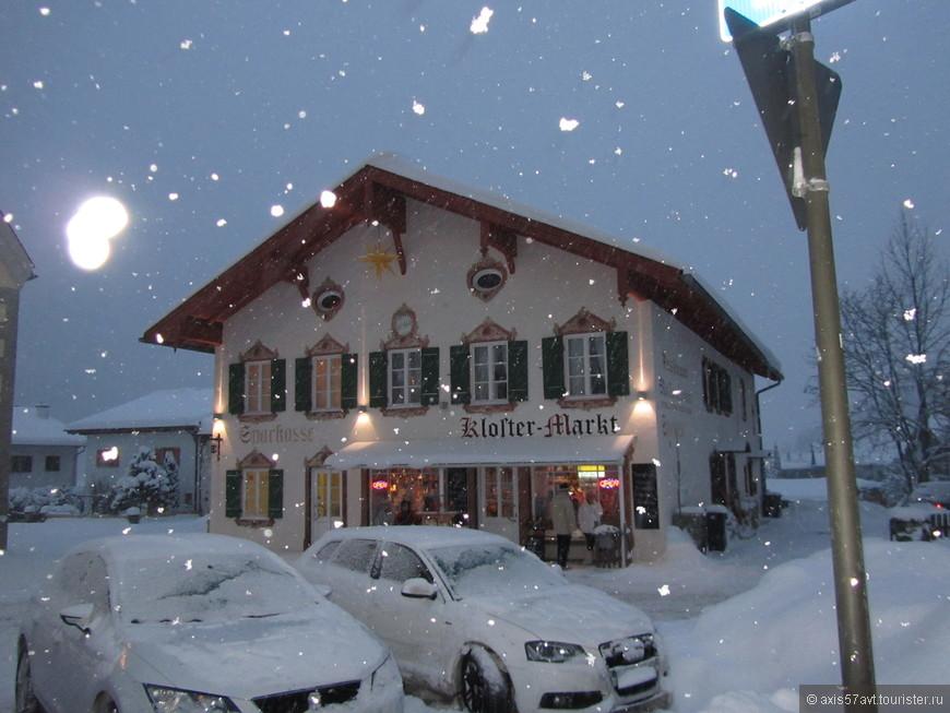 Снегопад, конечно, не прекратился, снегоуборочная техника была замечена не раз. Автобус пришел по расписанию. А это еще один магазин от монастыря.