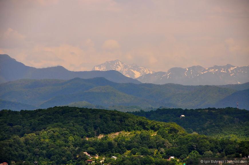 10. Даже в жаркие летние дни вершины кавказских гор стоят в «шапках».