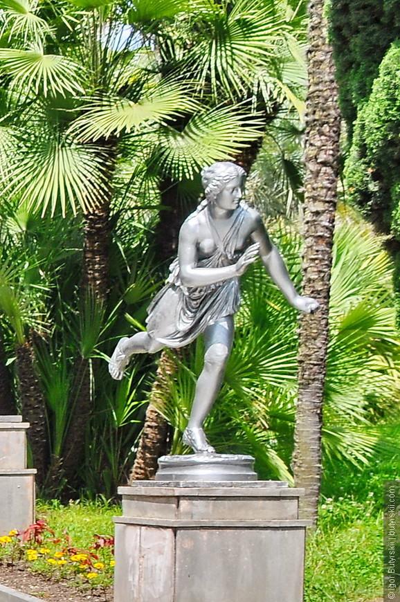 33. В парке большое количество фонтанов, ротонд, статуй.
