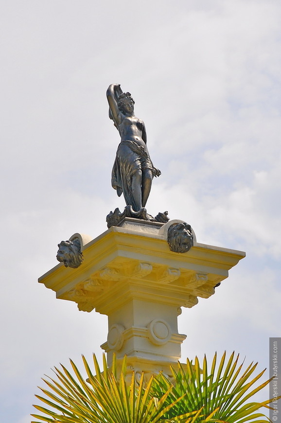 36. Статуя возле Мавританской беседки.
