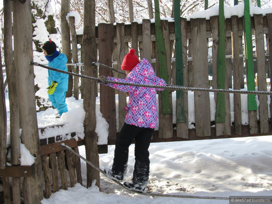 Еще и за это любим немецкие зоопарки - есть детские площадки с лазалками, прыгалками.