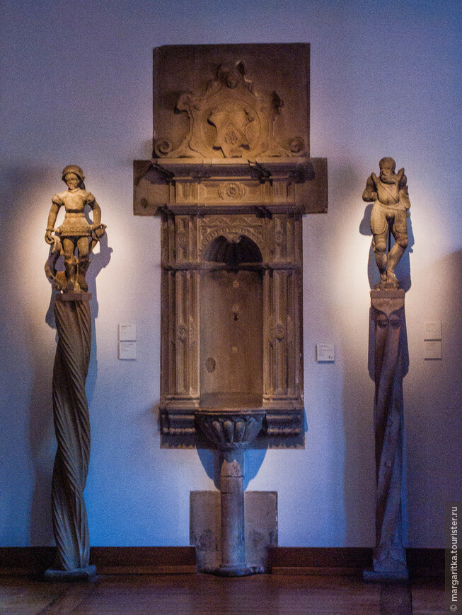 В отдельную экспозицию выделены скульптуры со стен кафедрального собора, снесенные во время французской революции.