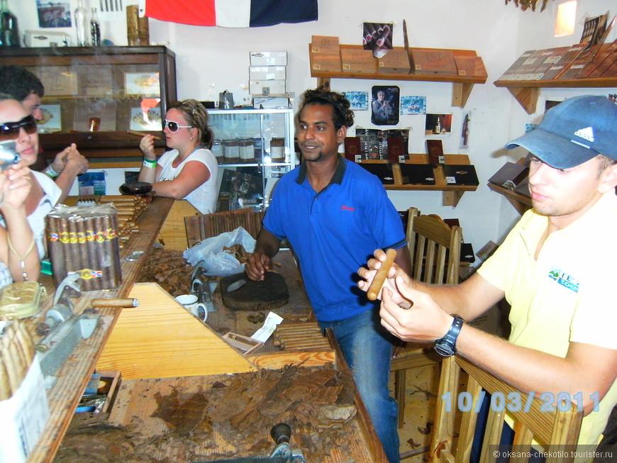 На фабрике по изготовлению сигар.
