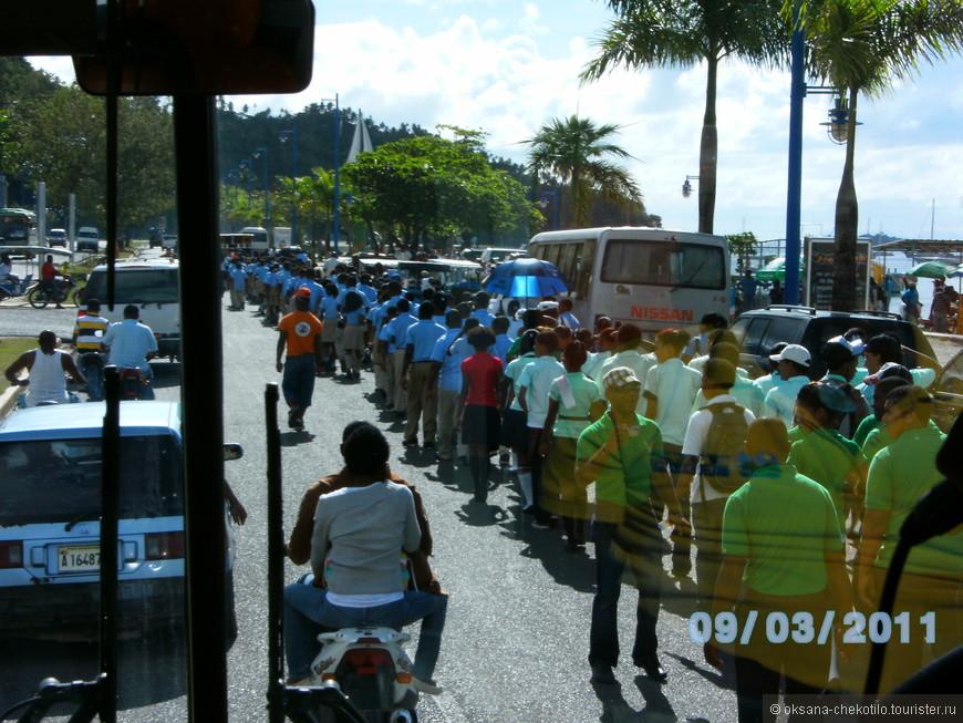 Местные учащиеся организованно идут на праздник.