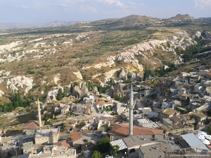 Вид на город Учхисар, расположившийся вокруг одноимённой крепости.