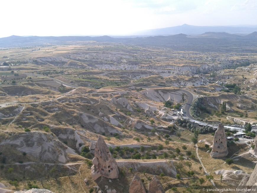 Захватывающие виды Каппадокии с высоты крепости Учхисар.