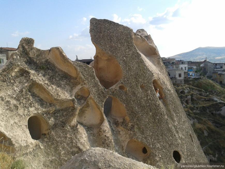 В этих отверстиях раньше жили люди.