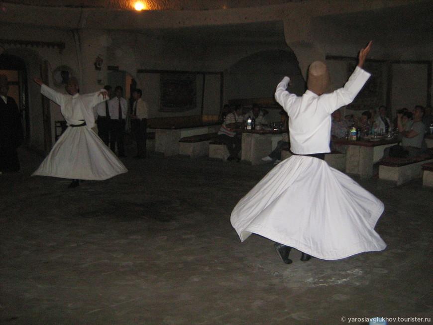 Танец монахов-дервишов в Караван-Сарае.