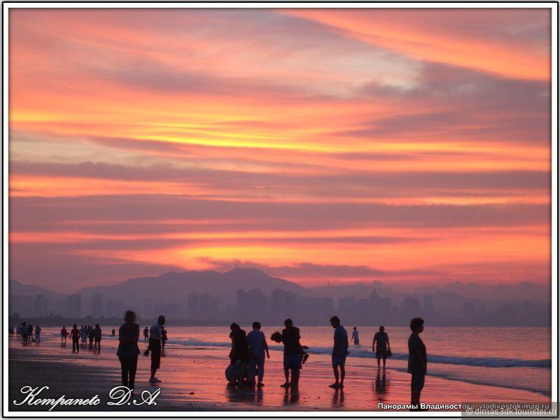 Пол города встречает солнце на берегу и громко радуется первым солнечным лучам