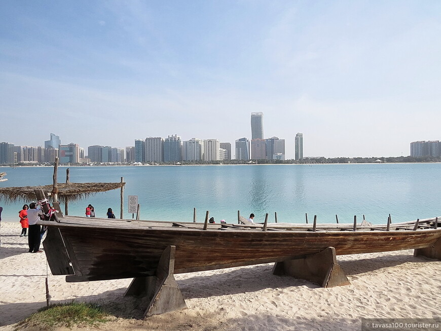 На противоположном берегу- Абу-Даби. Красивый вид!