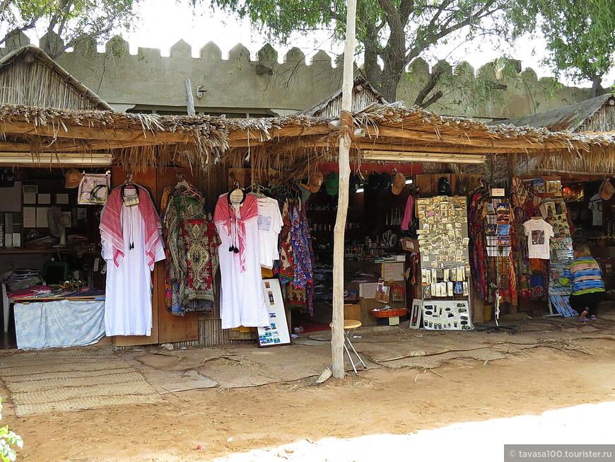 На базаре можно купить сувениры и кое-какую одежду.
