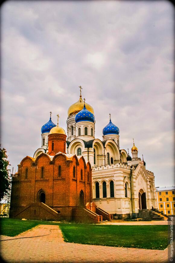 Взгляните на фигурку на ступенях Преображенского собора для того, чтобы сложилось впечатление о его размерах.