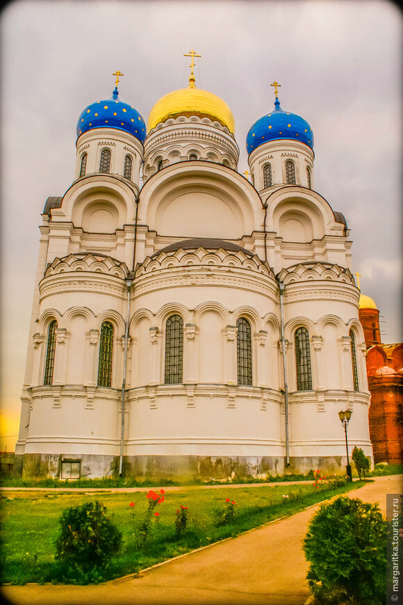 Белый храм - московском регионе после храма Христа Спасителя. Высота его 77 метров, в нем может разместиться до 7000 человек