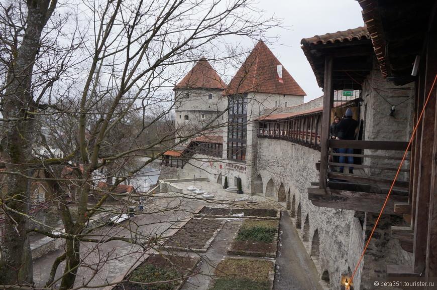 Девичья башня и часть городской стены.