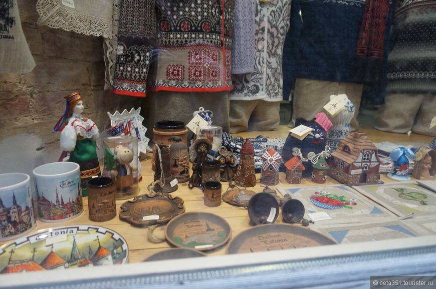 Очень много вязанных вещей и сувениров.