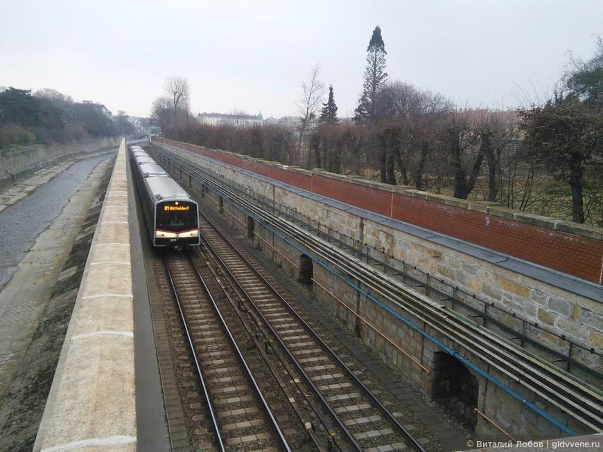 Венский урбанизм: самая старая ветка городской железной дороги, прародительницы современного метро. Проектировал и строил Отто Вагнер. Слева - речка Вена, давшая имя городу.