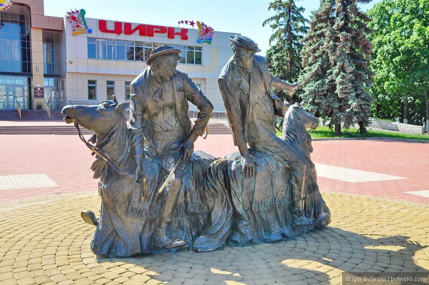 08. А вот это отличный памятник клоунам Юрию Никулину и Михаилу Шуйдину.