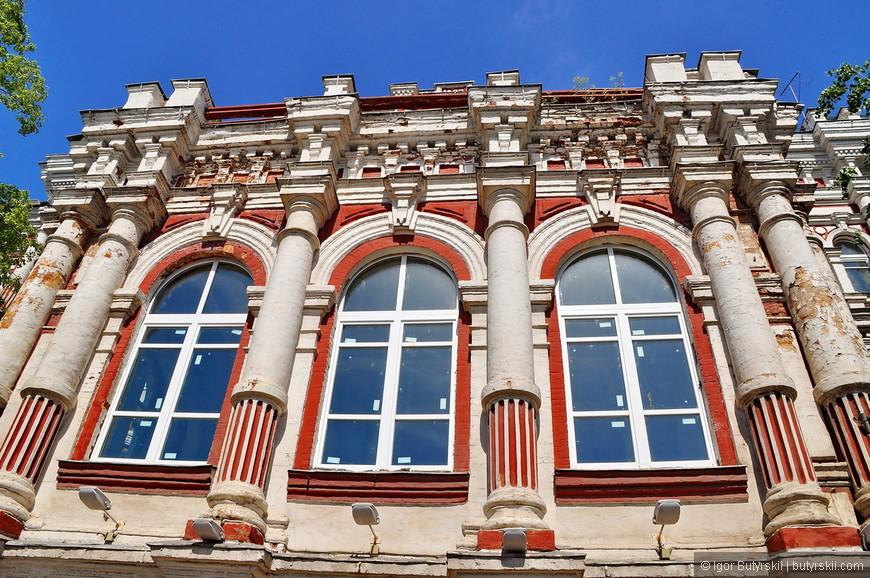 15. Надеюсь, что за заменой окон (на ужасные пластиковые) начнется все-таки реставрация здания.