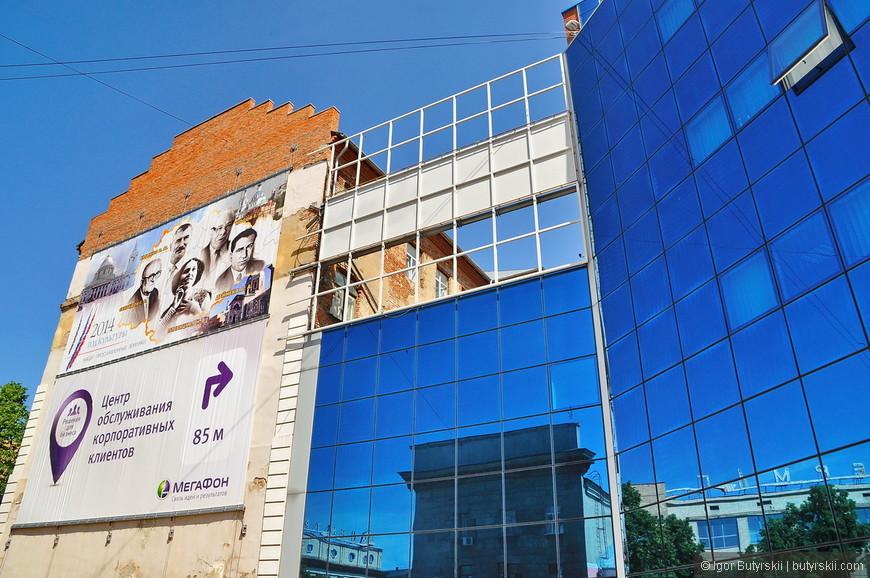 20. Уродливые стеклянные панели лепят даже не на фасад здания, а прямо специально возводят, деньги на это тратят…