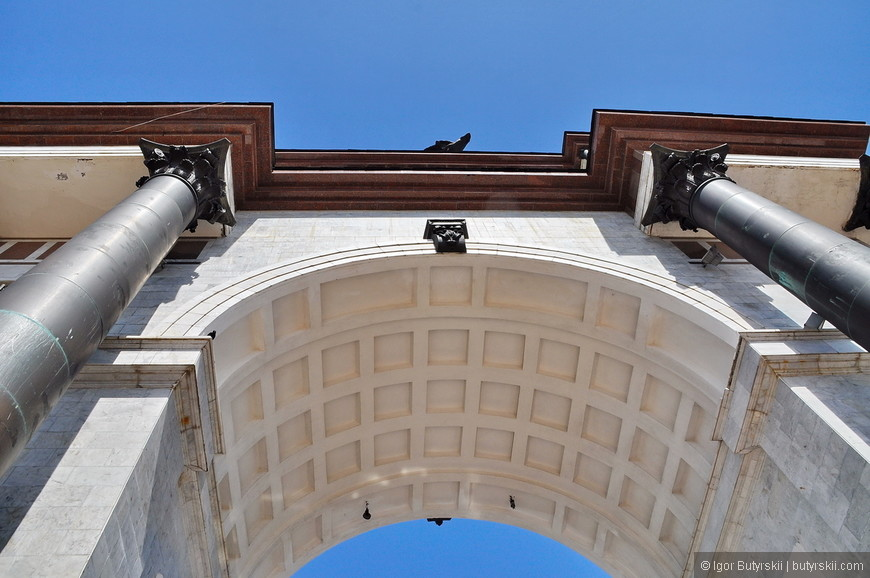 24. Издалека арка выглядит получше, но вблизи более монументально.