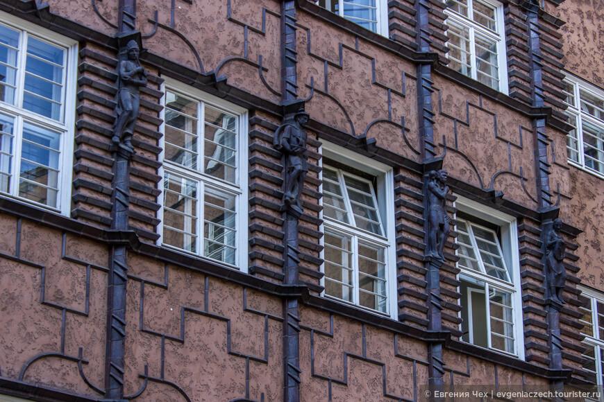 Скульптуры, украшающие внутренний фасад,