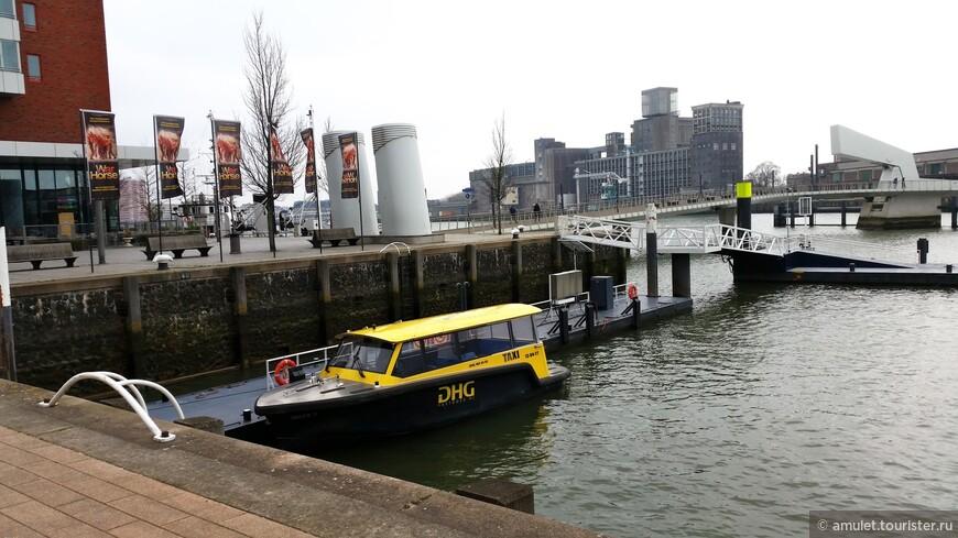 водное такси, которое перевозит туристов от знаменитого отеля Нью Йорк на другую сторону Мааса