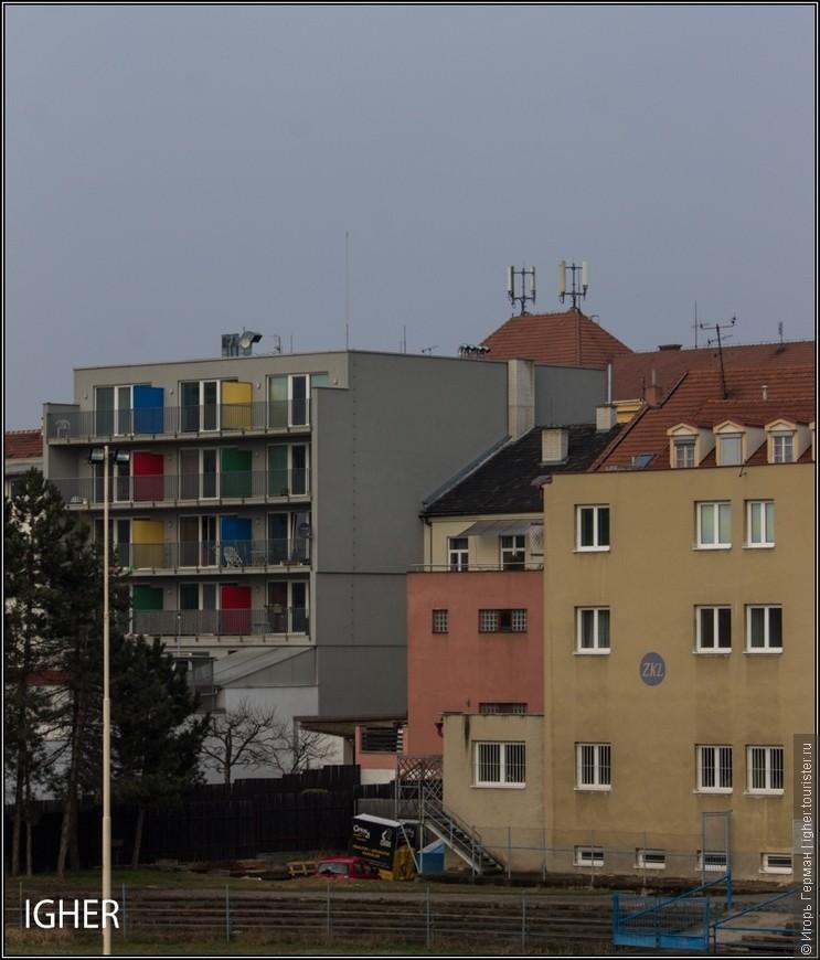 и разноцветные домики