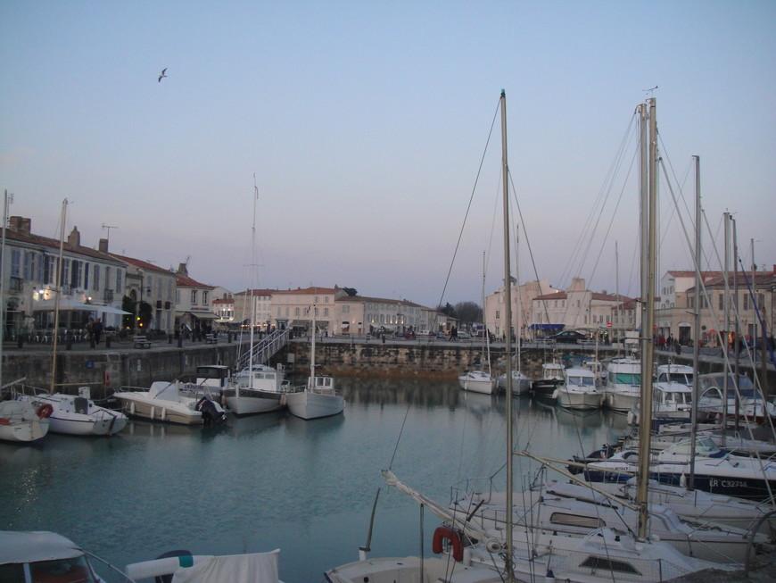 Центр острова Ре Сен Мартен. Отсюда вы можете отправится на близлежащие острова, к форту Боярд или в ля Рошель, а также съездить на рыбалку или просто покататься на яхте и подышать чистым морским воздухом.