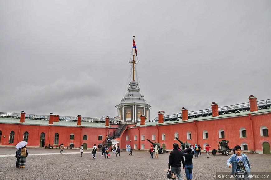 14. В 1731 году на Нарышкином бастионе построили Флажную башню, на которой стали поднимать флаг (гюйс) (изначально флаг поднимался на Государевом бастионе). Флаг поднимался с утренней зарёй, опускался с вечерним закатом. С 1917 г. флаг не поднимался, но в 1990-е годы эту традицию возродили (сначала флаг поднимали и опускали, но впоследствии его стали постоянно держать на мачте).